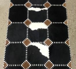 ковер из шкуры черно-белой коровы